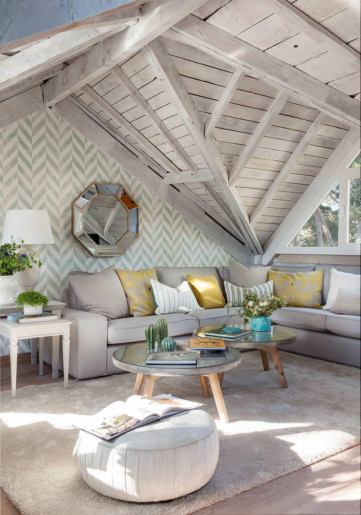 La mansardă există un spațiu de tip loft, folosit de către familie ca living secundar. Aici canapeaua a fost retapițată într-o nuanță deschisă, dar neutră, covorul ales asemenea, iar petele de culoare au fost date prin prezența obiectelor mici - perne, decorațiuni. Toată lemnăria de la nivelul plafonului a fost vopsită în alb, iar efectul final rezultat a fost de finisaj imperfect vintage, dar foarte potrivit spațiului.
