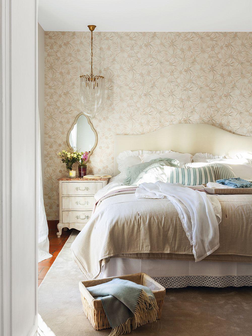 În dormitor tăblia patului dictează stilul amenajării, iar aici atât patul, cât și noptierele erau din registrul clasic. Da, când mobila este închisă la culoare o nuanță deschisă poate face minuni. De asemenea, un tapet luminos, bine ales dă senzația de spațiu aerisit. Dar într-un dormitor contează enorm lenjeria de pat și covorul pentru că prin decorațiuni textile se obține senzația de confort și se pot aduce pete de culoare.