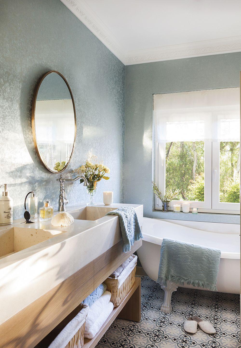 Ce poți face în baie? Da, poți pune și tapet, cu condiția să ai o încăpere bine ventilată, cu ferestre generoase. Există tapete vinilice, rezistente la apă, care s epot pune în baie și chiar tapete mai speciale care pot fi puse și în zonele umede, cum ar fi la duș. Aici însă, tapetul vinilic a fost folosit pentru că zona de duș nu există, ea fiind prezentă în alt spațiu.