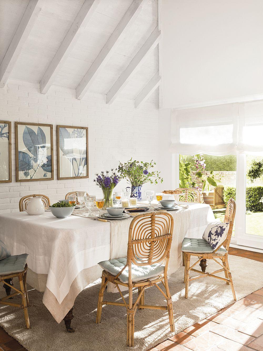 Pentru a obține o atmosferă plăcută contează mult tipul și modul de folosire al decorațiunilor. Aspectul unei mese vechi poate fi îmbunătățit prin folosire unor fețe de masă suficient de lungi și asortate pentru a completa decorul. Apoi, pe perete câteva tablouri pot adăuga exact doza de culoare necesară, iar scaunele cu spătare mai grafice, deci nu pline, lasă lumina naturală să circule, deci nu sunt simțite ca fiind masive și că încarcă spațiul.