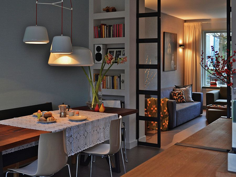Se poate face o microcompartimentare astfel ca în zona ferestrei să fie locul de canapea și tv, iar către intrarea în cameră locul de luat masa, care ar fi mai aproape de bucătărie. Foto de AICI.
