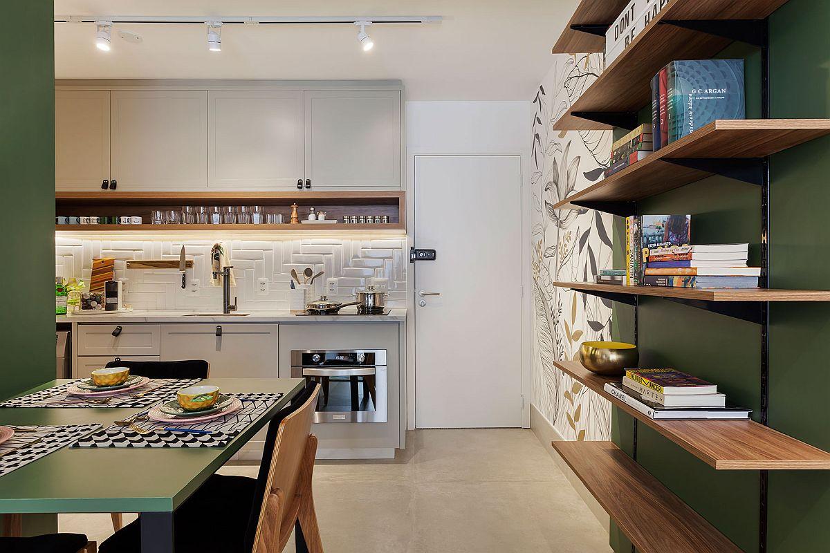 Inițial intrarea în locuință se făcea într-un hol din care se deschideau camera, bucătăria și baia. Acum, după reamenajare, arhitecții au mutat bucătăria în holul casei, au închis ușa către baie pe care au deschis-o dinspre cameră, iar spațiul bucătăriei, unde exista o fereastră mică a devenit dormitor. Bucătăria este acum configurată practic în fostul hol, deschis către cameră, iar electrocasnicele sunt toate electrice. Mutarea s-a putut face pentru că baia este aproape, așa că instalația de apă a putut fi prelungită.