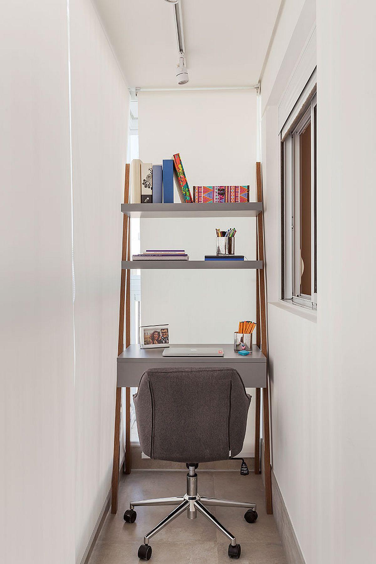 Locul de birou a fost mobilat cu o piesă realizată dintr-o mobilă veche și adaptată aici în spațiul mic. Fereastra mică din imagine a fost inițial a bucătăriei, acum fiind prezentă în spațiul dormitorului.