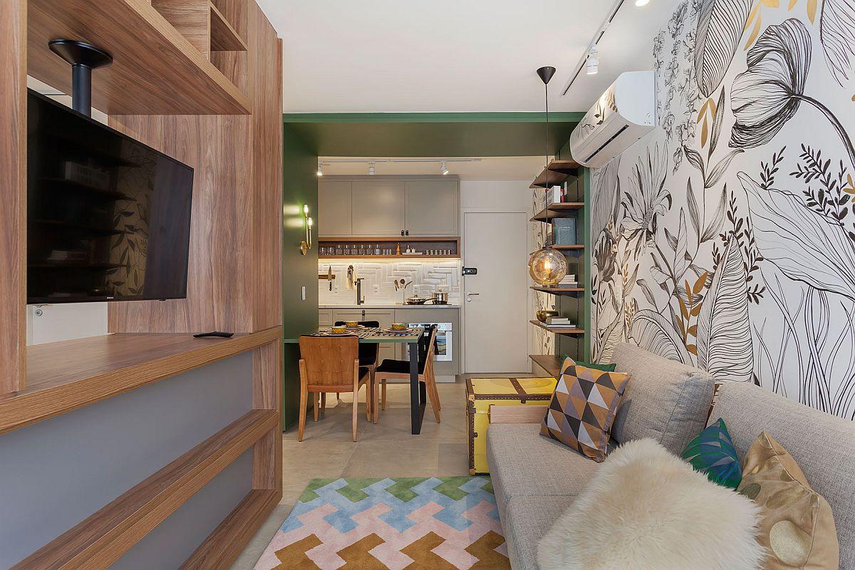 Camera de zi cu loc de ședere pe canapea este separată față de locul patului prin intermediul unui mobilier. În cadrul acestuia televizorul este montat astfel încât să poată fi rotit și către dormitor.