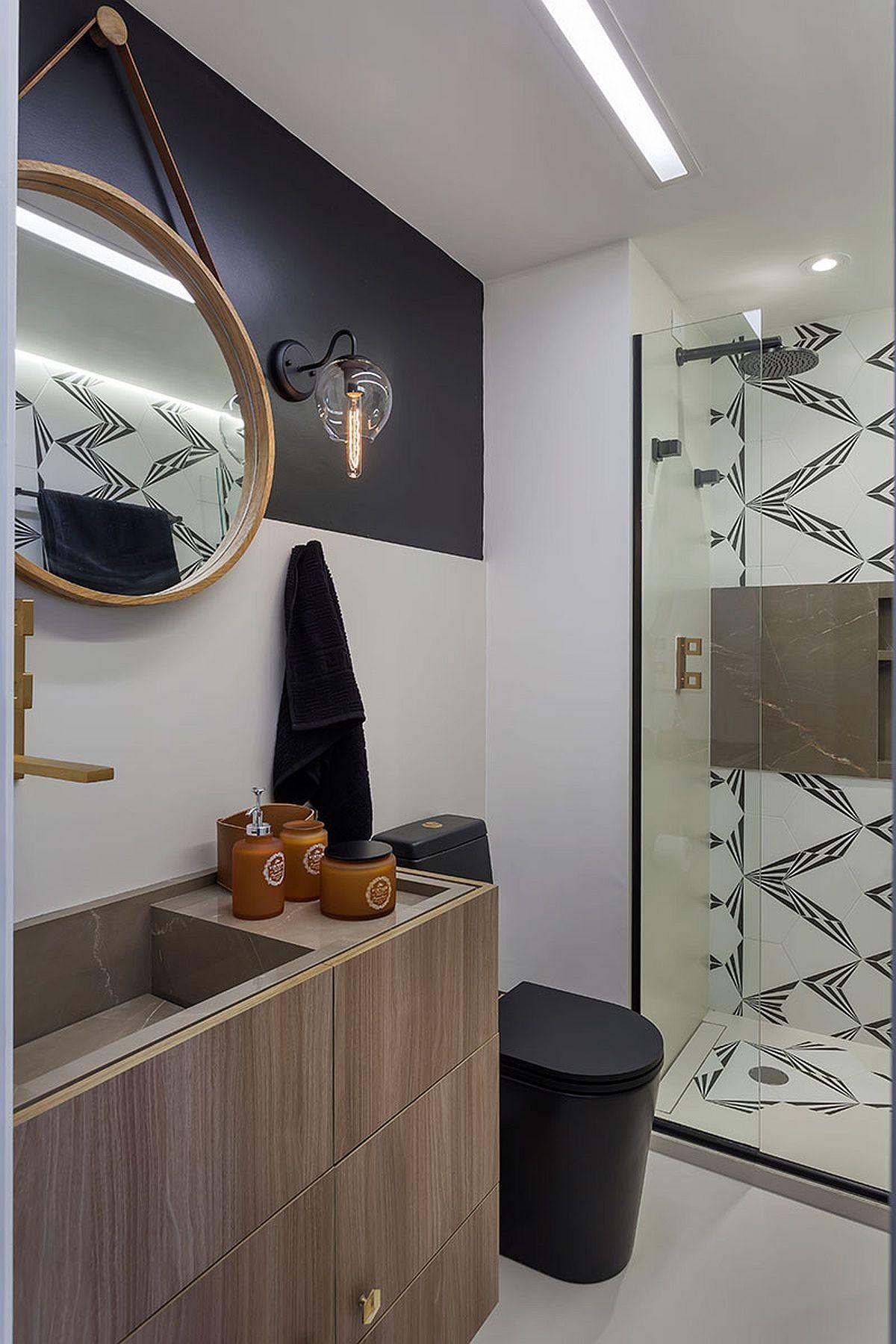 Baia este amenajată cu strictul necesar, dar aspectu general este unul actual grație mobilierului realizat pe comandă, vasului de toaletă negru și a placării în zona cabinei de duș cu plăci cu desen grafic.