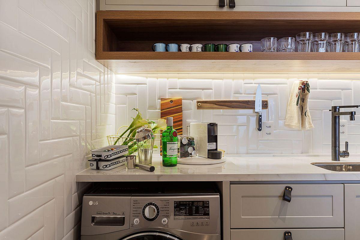 Locul mașinii de spălat este în bucătărie, ca atare tot peretele din zonă a fost placat cu faianță de tip Metro, dar montată diferit față de cum ai văzut până acum.