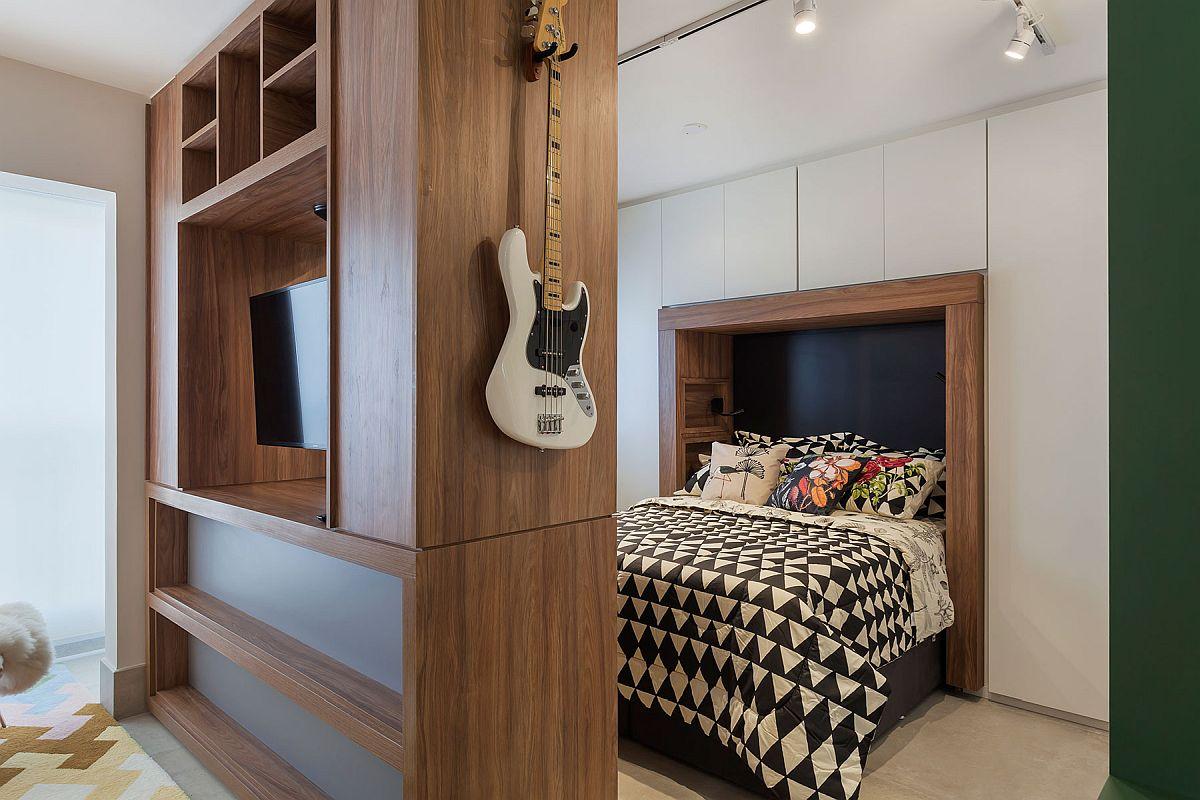 Patul dublu are o saltea de 140 cm pentru ca în lateralul lui să poată fi configurate cât mai multe spații de depozitare închise. Locul patului a fost marcat de inserția unor elemente din lemn pentru ca restul corpurilor să nu iasă în evidență.