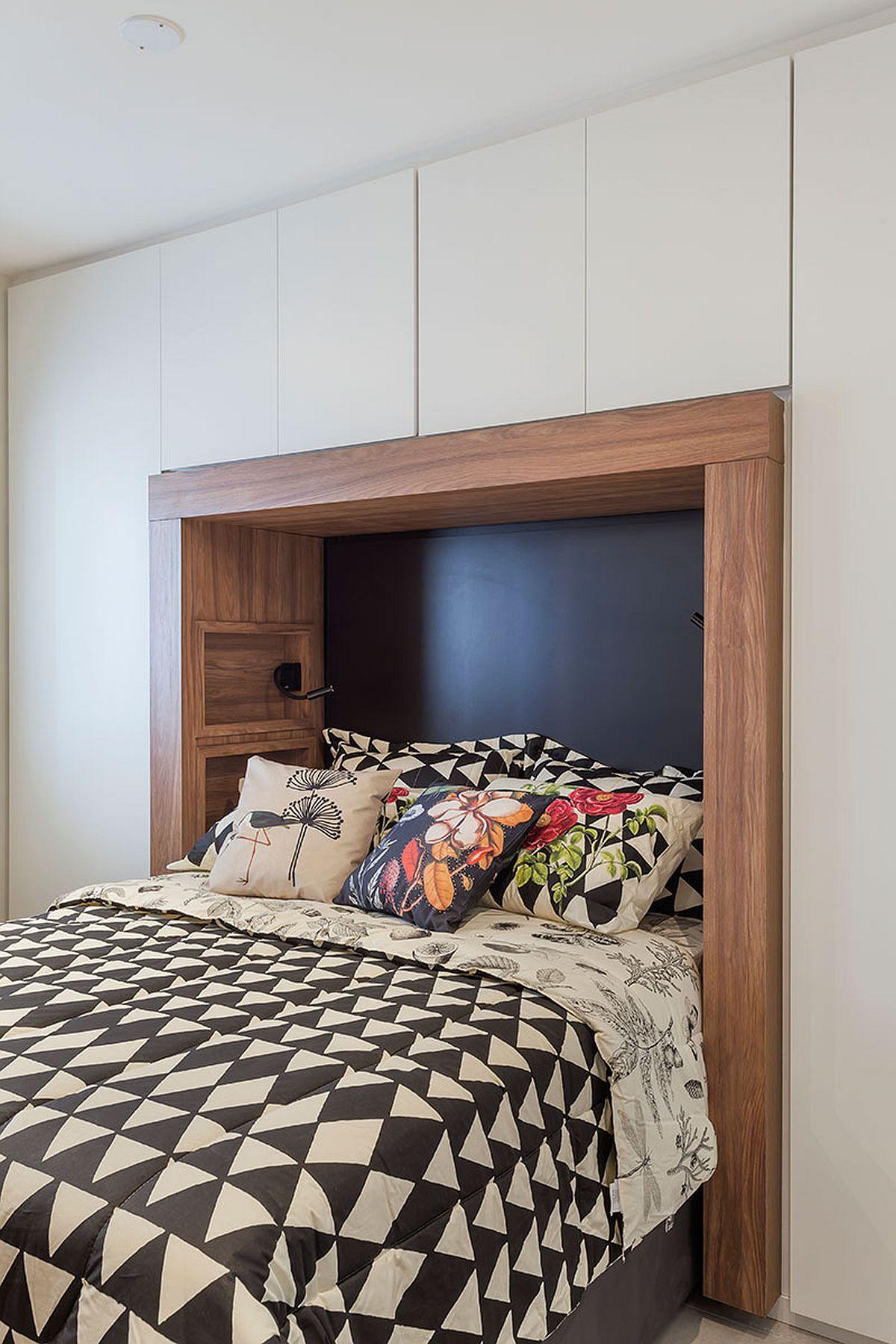 În locul noptierelor au fost create mici nișe unde sunt prezente și corpuri de iluminat mobile. În spatele patului suprafața este neagră pentru un efect de profunzime.