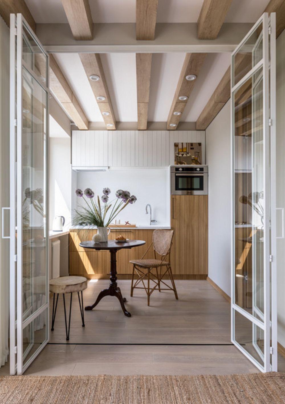 Bucătăria este mobilată pe comandă, după proiectul designerilor. Pentru că spațiul este mic, în locul unei combine frigorifice s-a ales un frigider, care este încorporat, dar mai puțin înalt, astfel ca deasupra lui să poată fi montat cuptorul. De asemenea, chiuveta este una de mici dimensiuni.