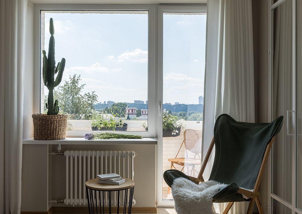 Pentru a amplifica senzația de spațiu, dar și pentru a fi în acord cu tema de vacanță, ferestre au fost lăsate libere, fiind încadrate de draperii simple, albe. Asta cu atât mai mult cu cât peisajul urban care se vede este frumos, iar locuința se află la un etaj superior fără a avea alte clădiri înalte în apropiere. De asemenea, pentru a arată frumos la interior, parapetul balconului a fost îmbrăcat cu cărămidă albă și au fost puse jardiniere cu plante.