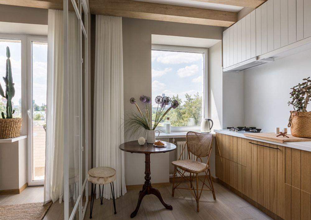 Peste tot în garsonieră, adică și în bucătărie, dar cu excepția spațiului de baie, a fost montat parchet laminat. Lamelele sunt dispuse pe linia luminii naturale care pătrunde pe ferestre, chiar dacă bârnele sunt orientate diferit.