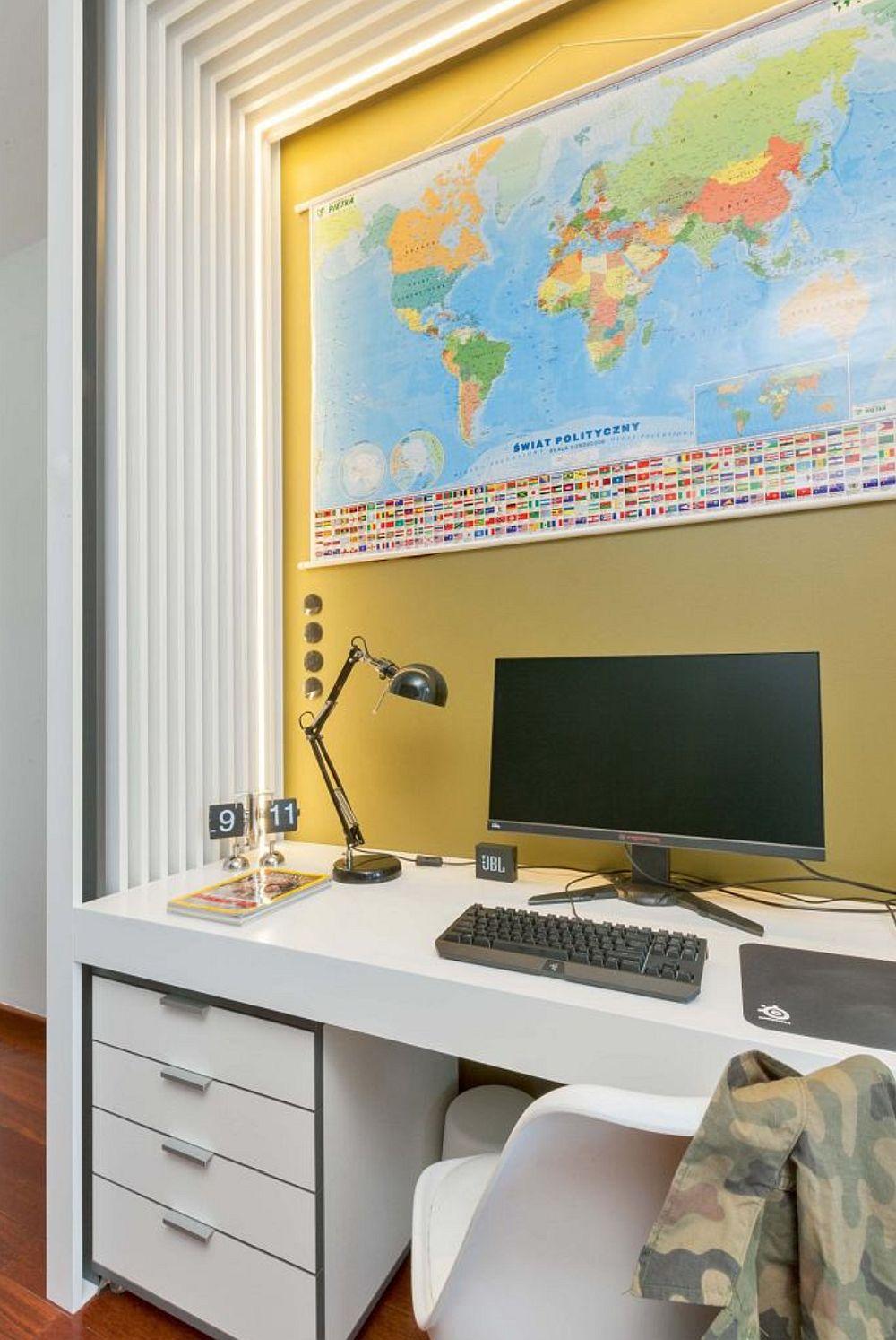 DUPĂ REAMENAJARE, locul de birou este foarte bine organizat, cu sertare în care lucrurile pot fi ținute în ordine, dar și locul hărții este excelent aici. Pentru stimularea atenției, necesară în zona de studiu, dar și pentru un efect de luminozitate, designerul a prevăzut ca peretele din zonă să fie zugrăvit în galben, punctând astfel locul de birou.