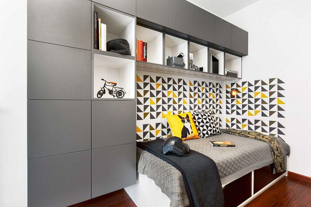 DUPĂ AMENAJARE, în dreptul patului peretele a fost vopsit cu șabloane pentru a da un aspect mai dinamic, dar și pentru a oferi senația de spătar, astfel ca pe timpul zilei patul să arate ca o canapea. Mobila a fost realizată pe comandă, decorațiunile textile, corpurile de iluminat și scaunul nou achiziționate, ca și storurile. Reamenajarea, fără manopera necesară vospirii camerei a costat circa 3600 de euro, cost care include și proiectul designerului. Cea mai mare parte a sumei a fost cheltuită pentru noul mobilier. Sper să te inspire și pe tine!