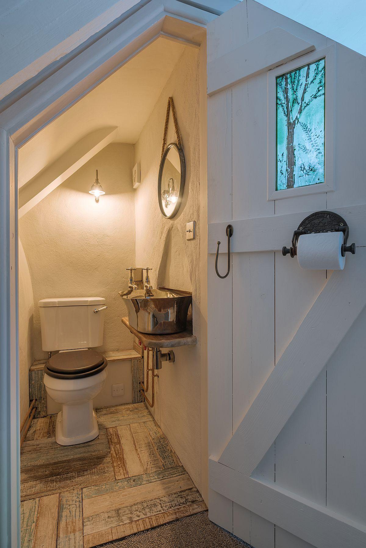 La etaj mai există o baie de serviciu, amenajată într-un spațiu mic, dar bine folosit.