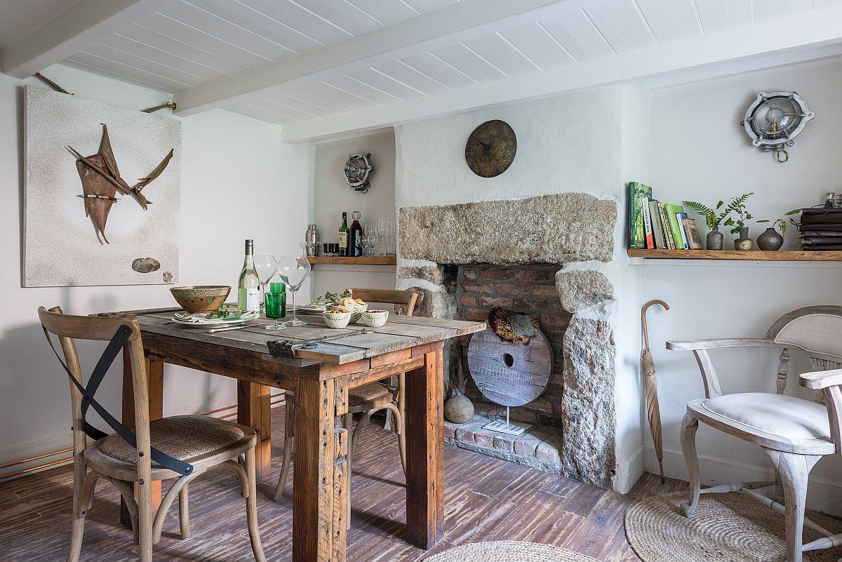 Șemineul din piatră aflat în sufragerie nu mai este funcțional, dar piatra veche de sute de ani a fost păstrată din respect pentru istoria casei. Și chiar dacă nu este funcțional, casa fiind dotată acum cu calorifere, șemineul este foarte decorativ. De remarcat masa, care a fost realizată de către cei doi proprietari.