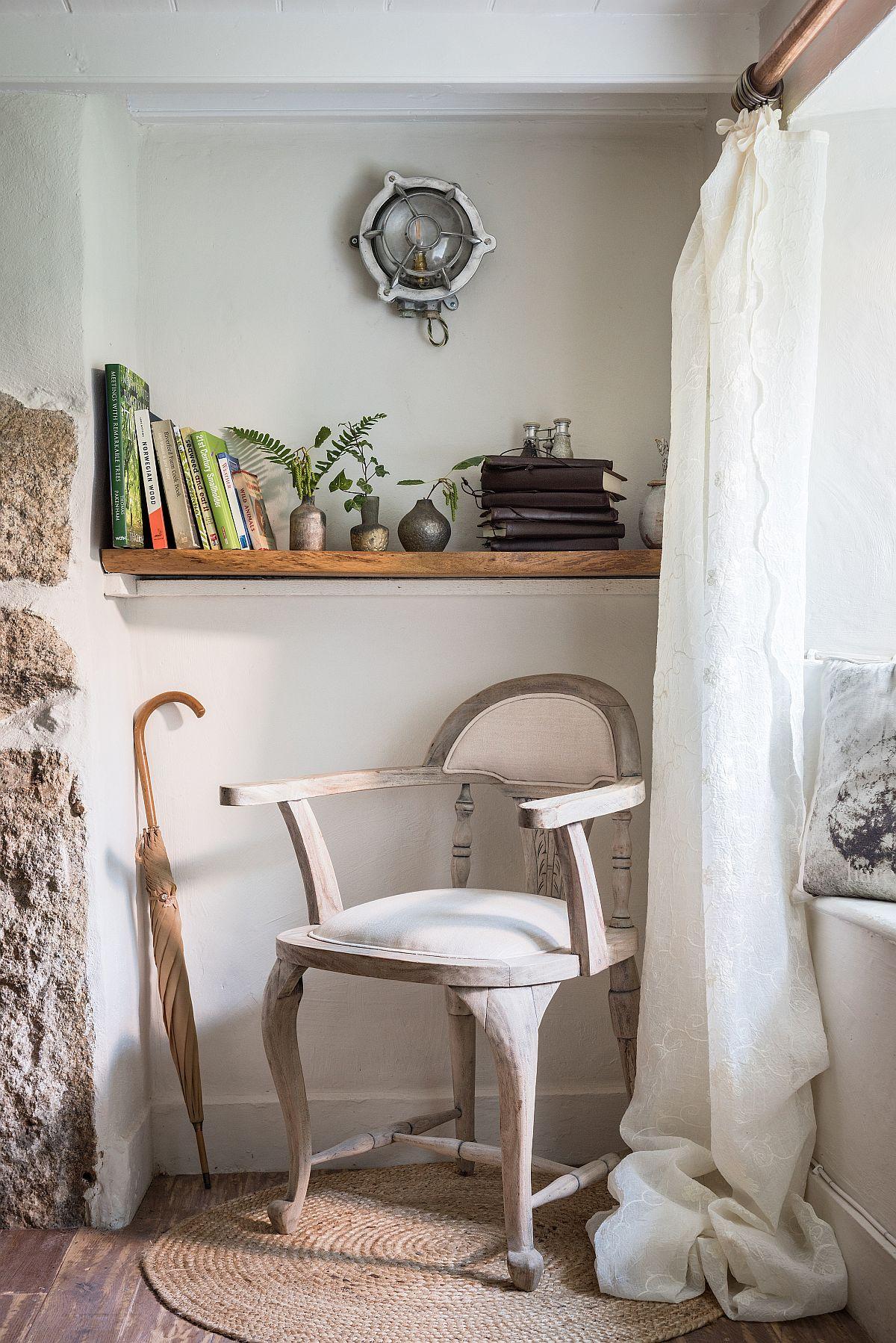Fiecare colț din căsuță este atent decorat. Astfel, nișele existente inițial de o parte și de alta a șemineului din sufragerie sunt locuri de depozitare și expunere pentru obiecte, care dau sentimentul de acasă chiar și unui vizitator ocazional.