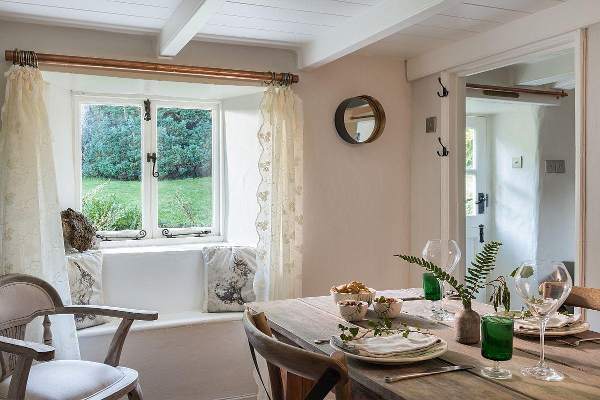 Intrarea în casă se face printr-un mic hol din care se deschid două camere: sufrageria și aproi livingul. Proprietarii s-au folosit de toate aparentele defecte ale casei pentru a crea o poveste, cum ar fi bacnheta configurată din zidărie, după îngroparea țevilor în pereți, pentru a crea o mică banchetă de ședere în fața ferestrei.