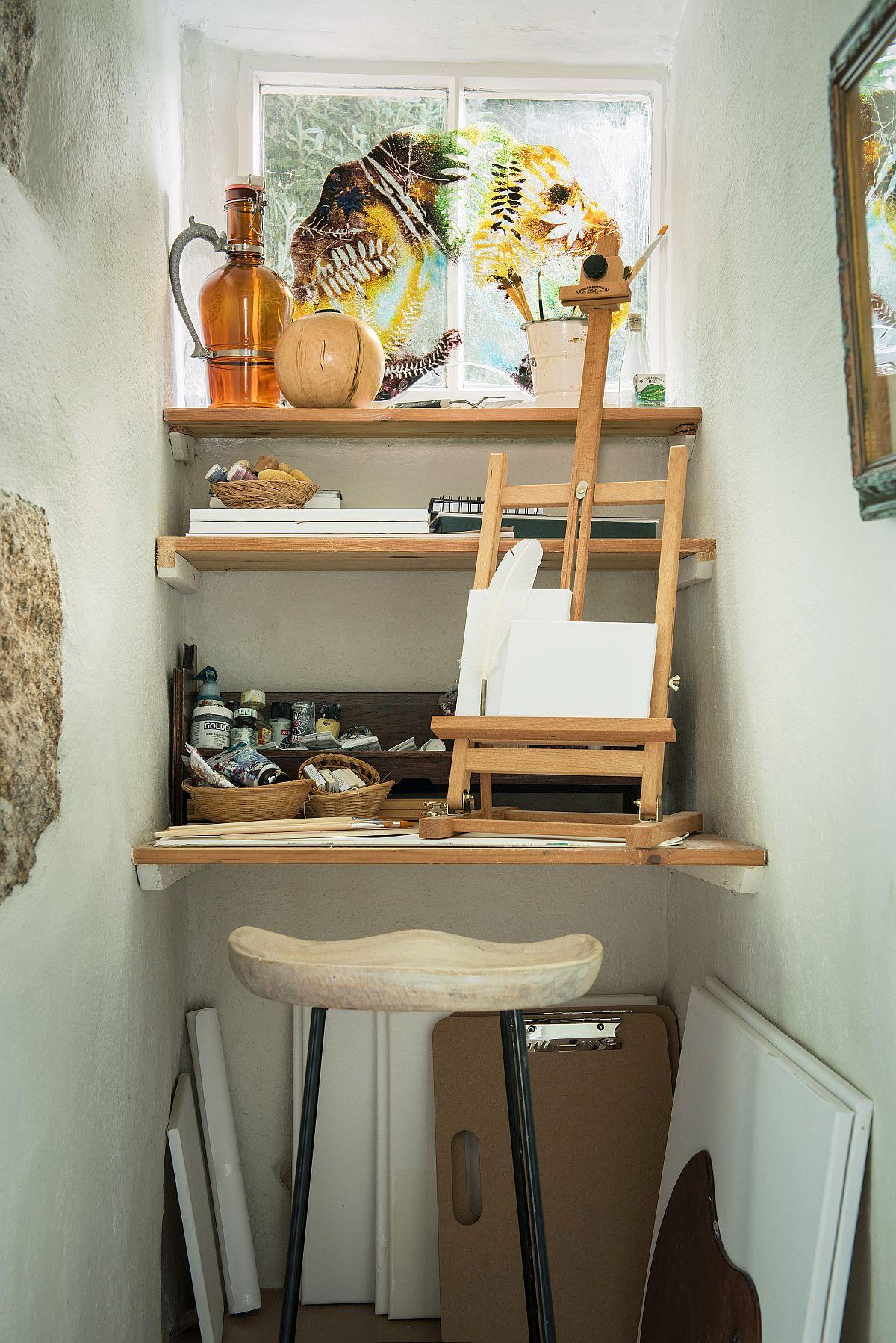 În spațiul mic, dar cu o fereastră în zonă, lângă șemineu, a fost creat un mic colț pentru pictură. Nu doar că arată bine, dar și te provoacă să fii creativ.