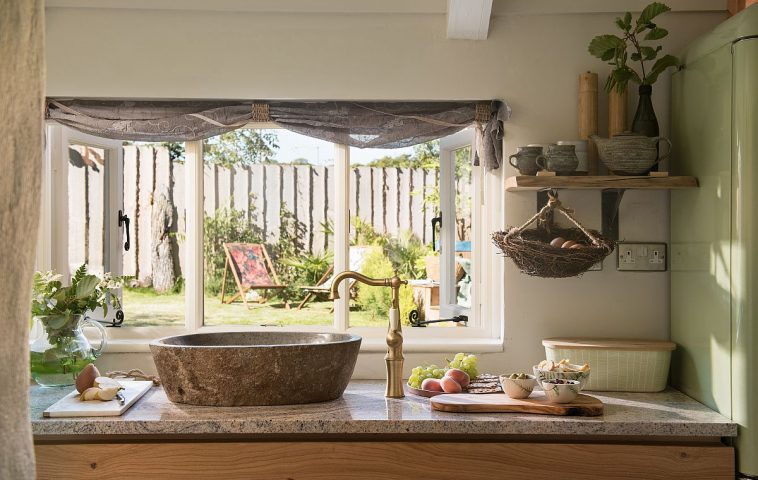 În locul unei chiuvete de bucătărie, proprietarii au ales un lavoar din piatră care accentuează caracterul rustic al casei. O idee interesantă potrivită pentru o casp de vacanță, dar nu la fel de confortabilă pentru uz zilnic, având în vedere faptul că înălțimea ar putea fin incomodă.