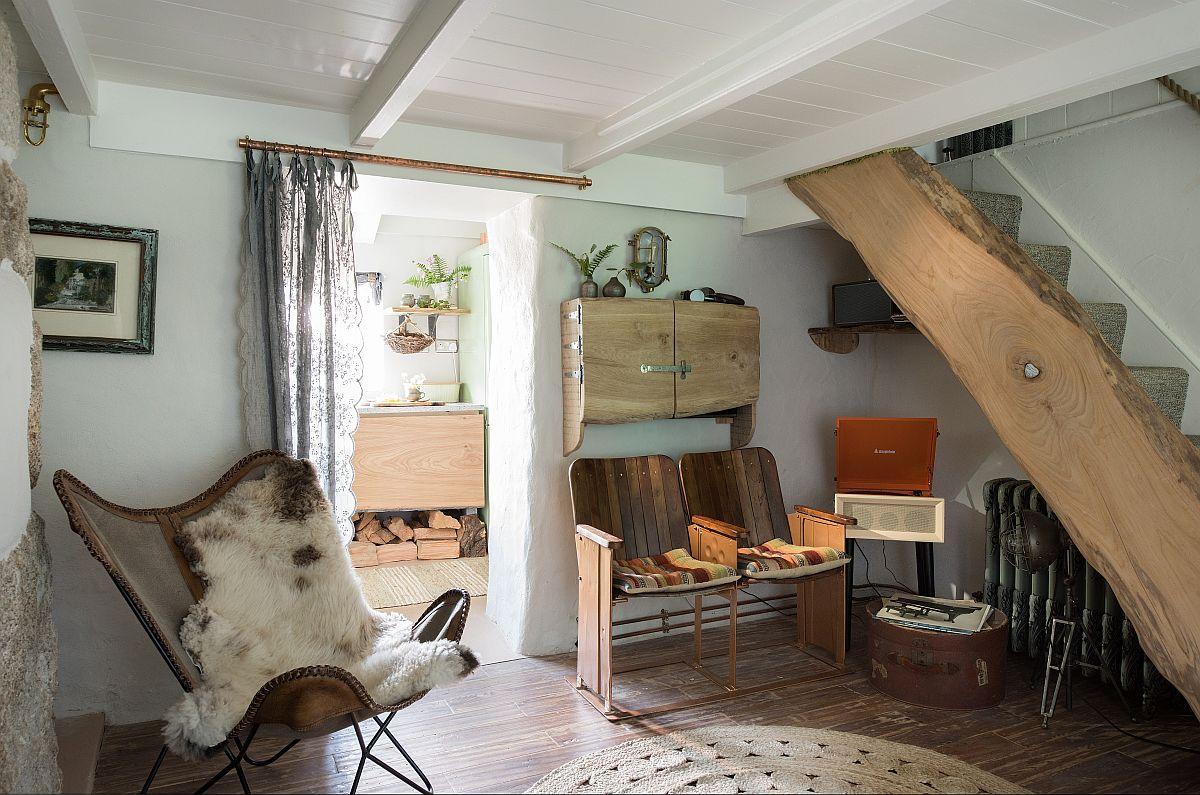 Din living se accede la etaj, pe o scară interioară simplă, realizată de către proprietari cu ajutorul unui meșter local. La mansardă sunt dormitoarele, dar și sub scară s-a găsit loc pentru a fi creat un colț cu obiecte vechi.