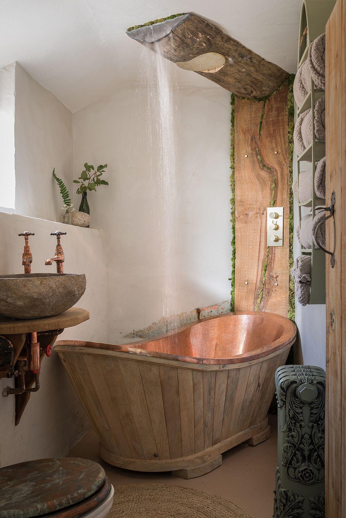 Baia este original amenajată cu bucăți de trunchi de lemn de castan și cu o cadă comandată special de la un furnizor britanic.