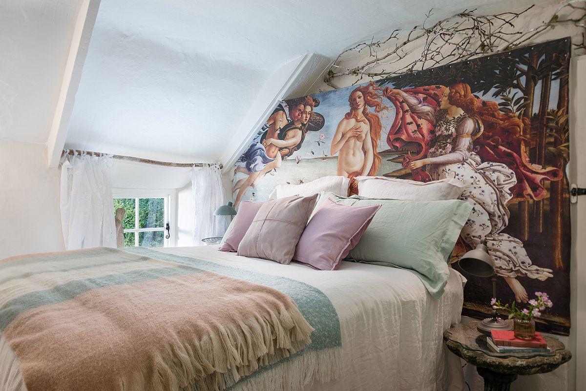 În spatele patului din domritorul matrimonial a fost prinsă și întinsă o pânză care reproduce Primavera pictura celebră semnată de Sandro Botticelli. Crengile sunt prezente ca decor, dar și ca suport pentru perdea.