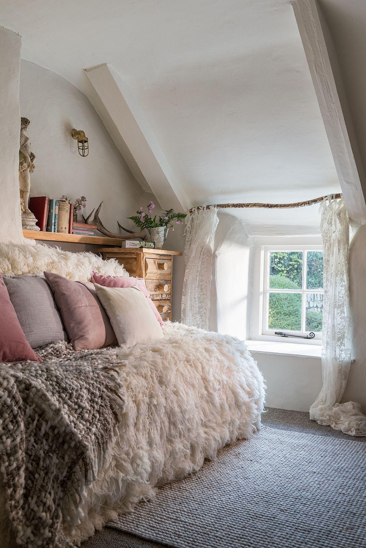La etaj mai există un mic dormitor pentru o persoană, feminin amenajat.
