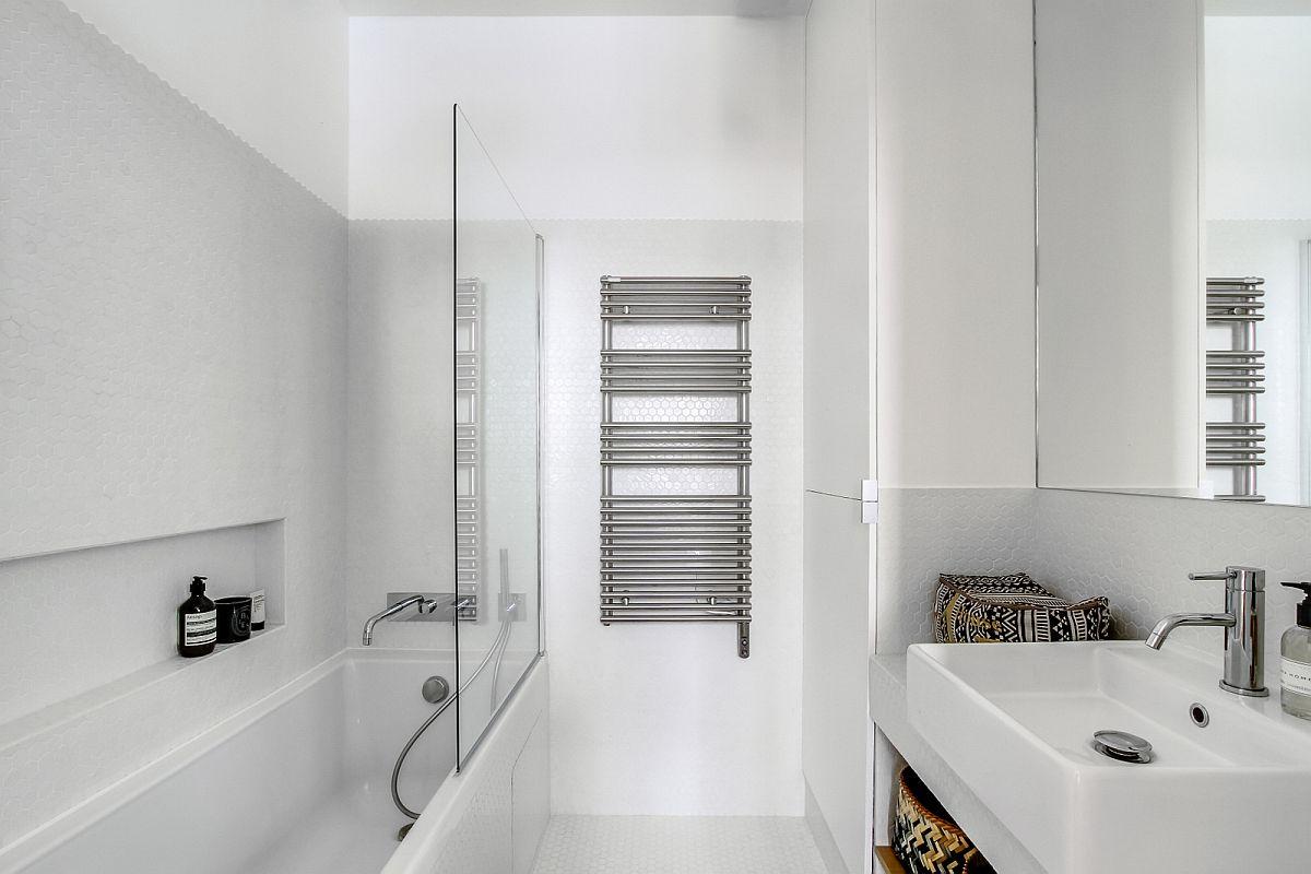 Baia este amenajată simplu, curat ordonat. Totul pe alb pentru a amplifica senzația de spațiu și lumină. Aici, după lavoar există configurat un dulap, în spatele căruia se află mașina de spălat rufe, deasupra acesteia fiind loc pentru prosoape.