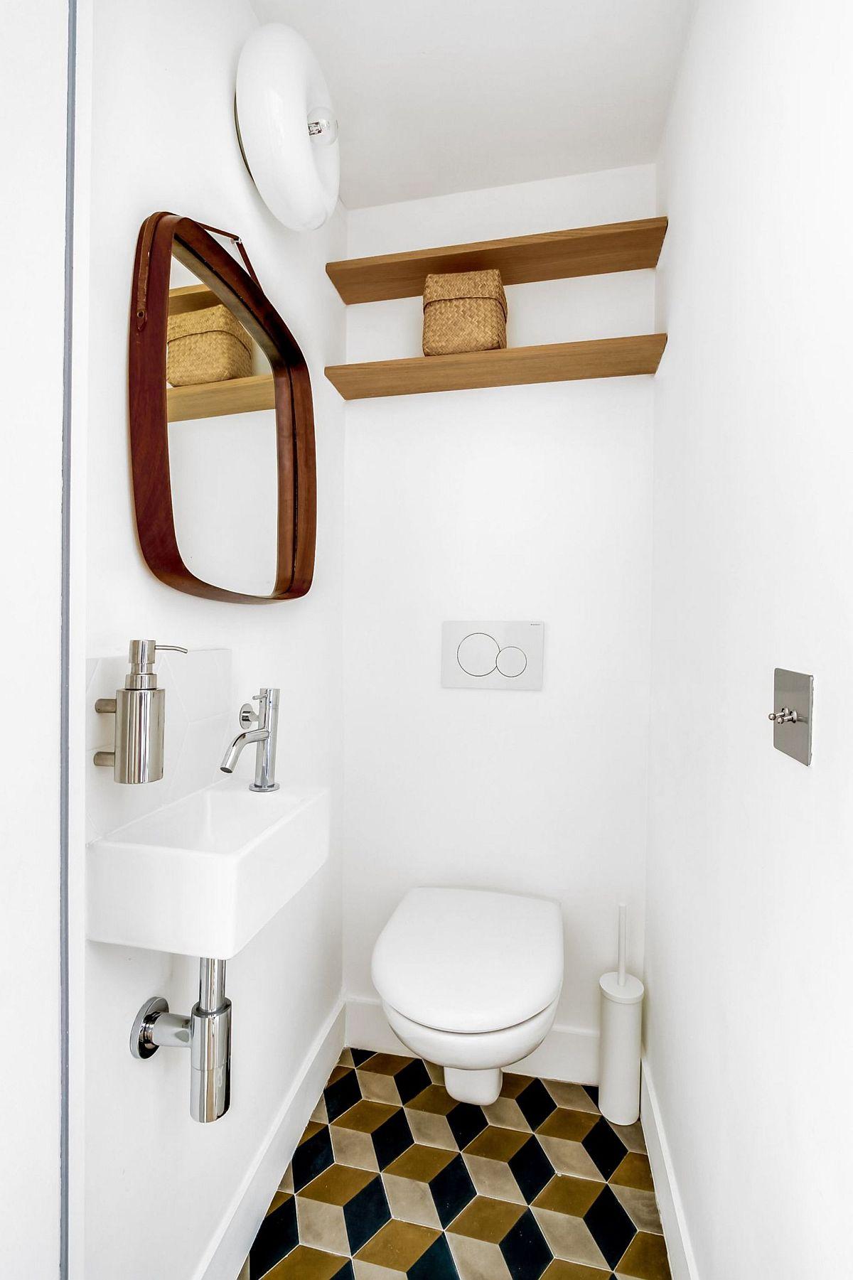 Toaleta de serviciu este simplu, dar plăcut amenajată cu un lavoar special ales pentru spații mici. Piesele din lemn și pardoseala sunt în ton cu amenajarea din zona de zi, detalii care fac acest spațiu mic mai puțin claustrofobic.