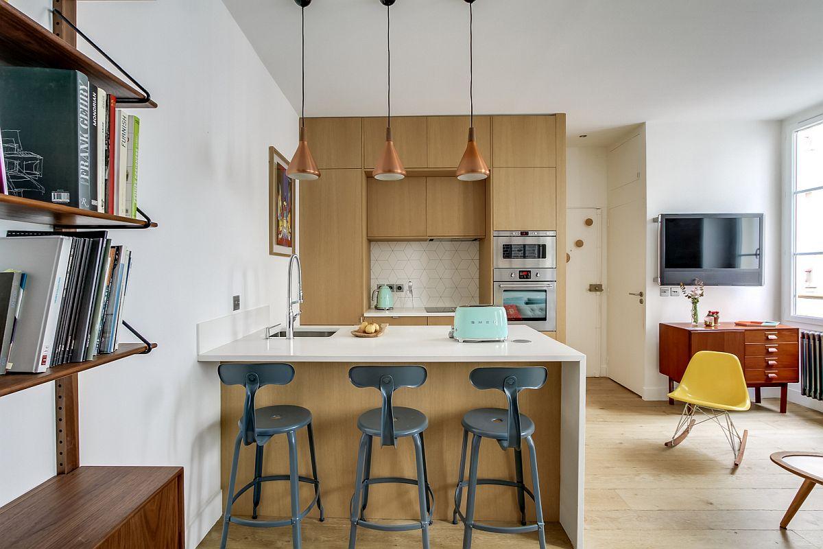 Acum, dupp renovare, intrarea în locuință coincide cu intrarea în zona de zi, unde bucătăria este deschisă către living.