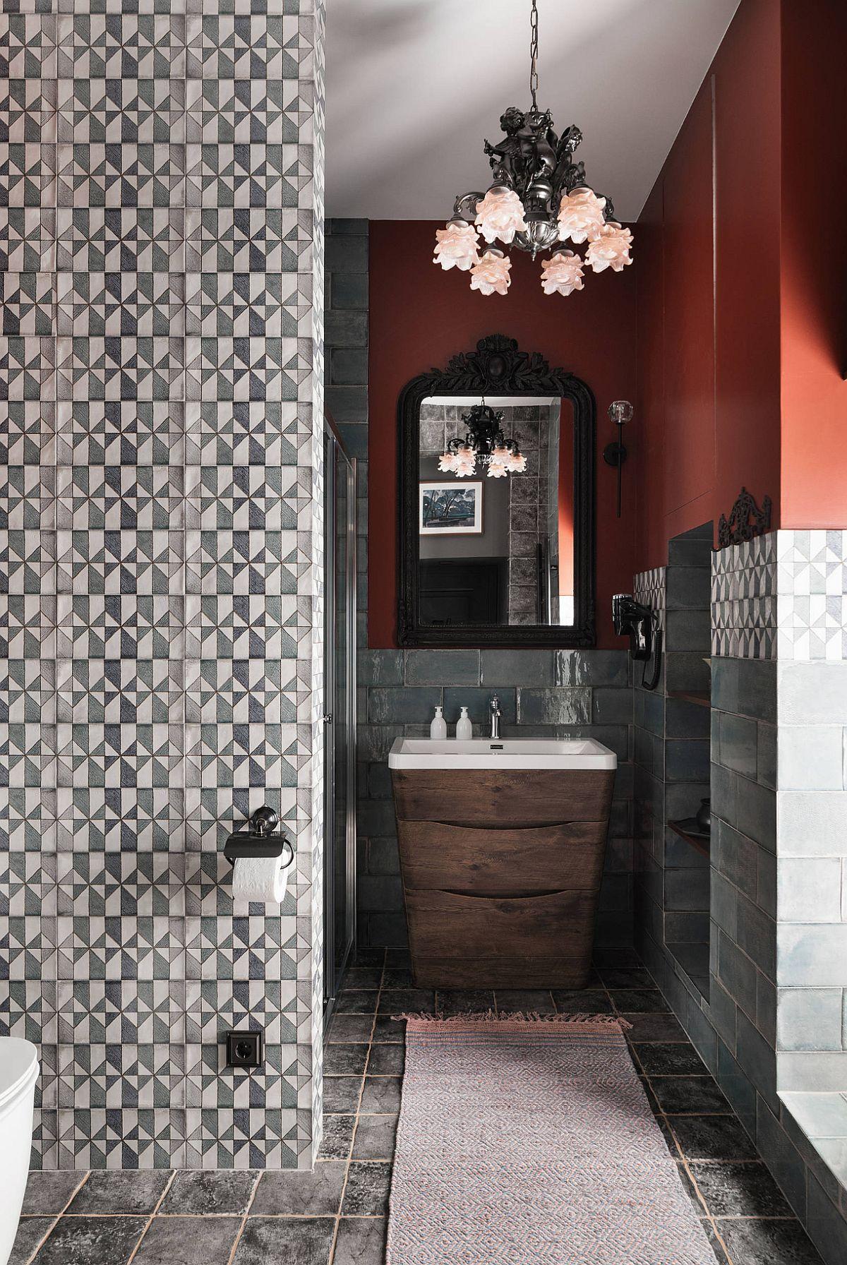 Nuanța de roșu este neașteptată într-o cameră de baie, dar aici pune în evidență turcoazul plăcilor ceramice și se asortează cu cele în alb și negru. De-a dreptul scenografică combinația de culori și texturi și trebuie să mărturisesc că e prima baie în care-mi place nuanța de roșu.