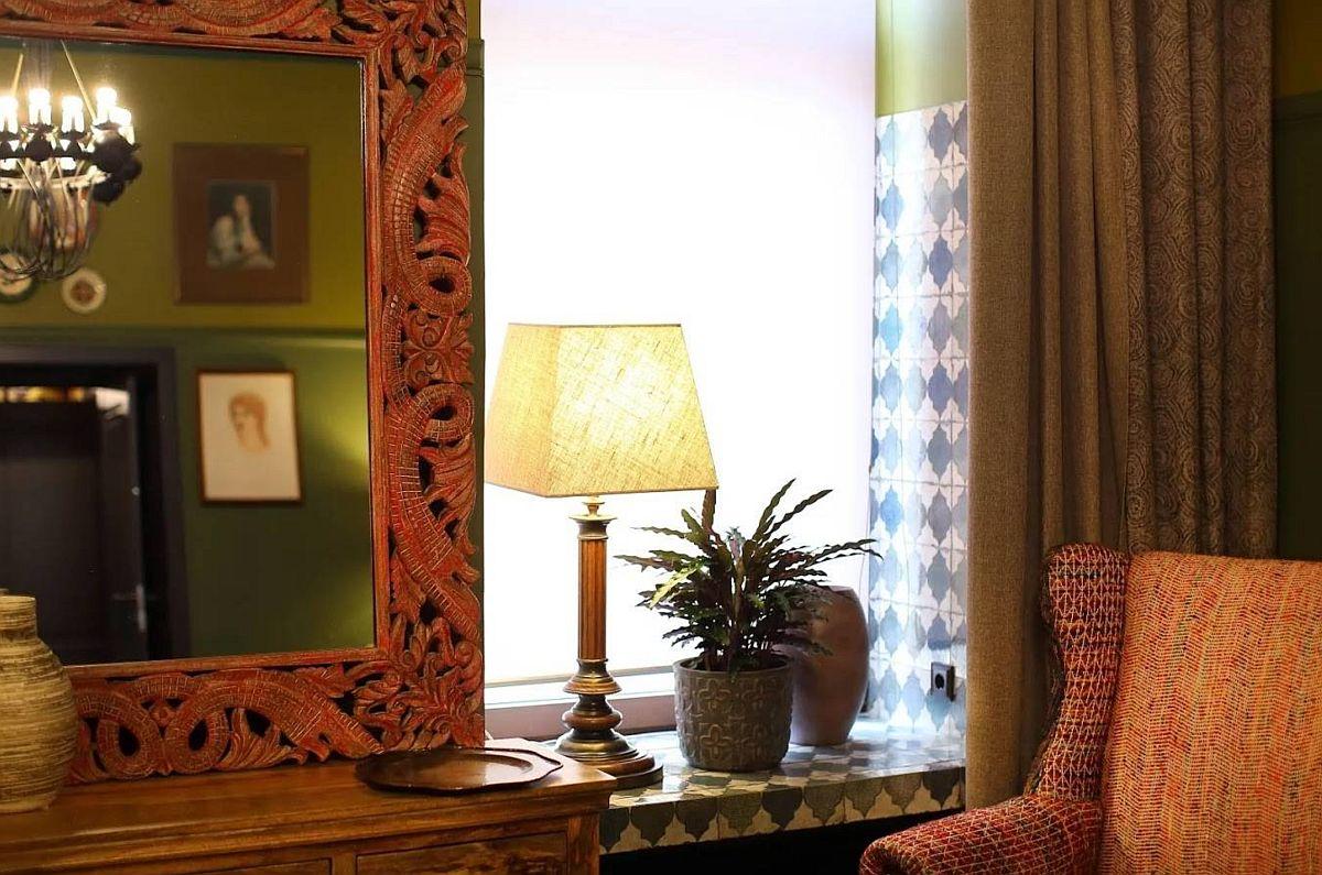 Faianța decorativ folosită pentru interiorul glafului ferestrelor este urcată la aceeași înălțimea cu finisajul peretelui (deci până la zona muștar).