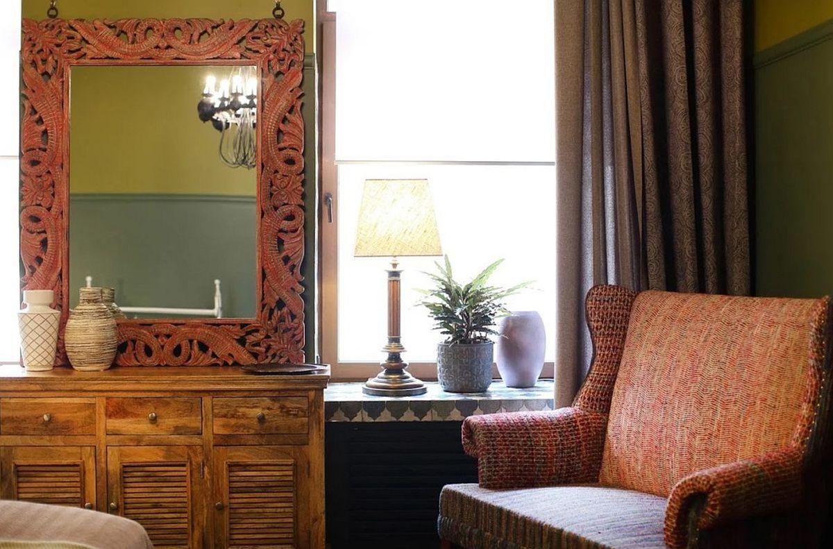 Designerul a prevăzut îmbrăcarea glafului ferestrelor și în dormitor. Un detaliu vizual, dar și practic totodată, mai ales că aceste suprafețe pot fi folosite ca zone de expunere.