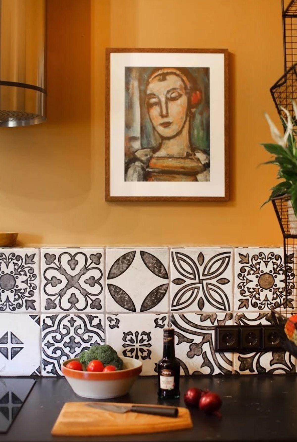 Cine spune că nu poți avea obiecte decorative pe pereții bucătăriei? Depinde stilul de viață al fiecăruia, dar cert este că tablourile și plantele dau un aer familiar și uman până la urmă interioarelor.