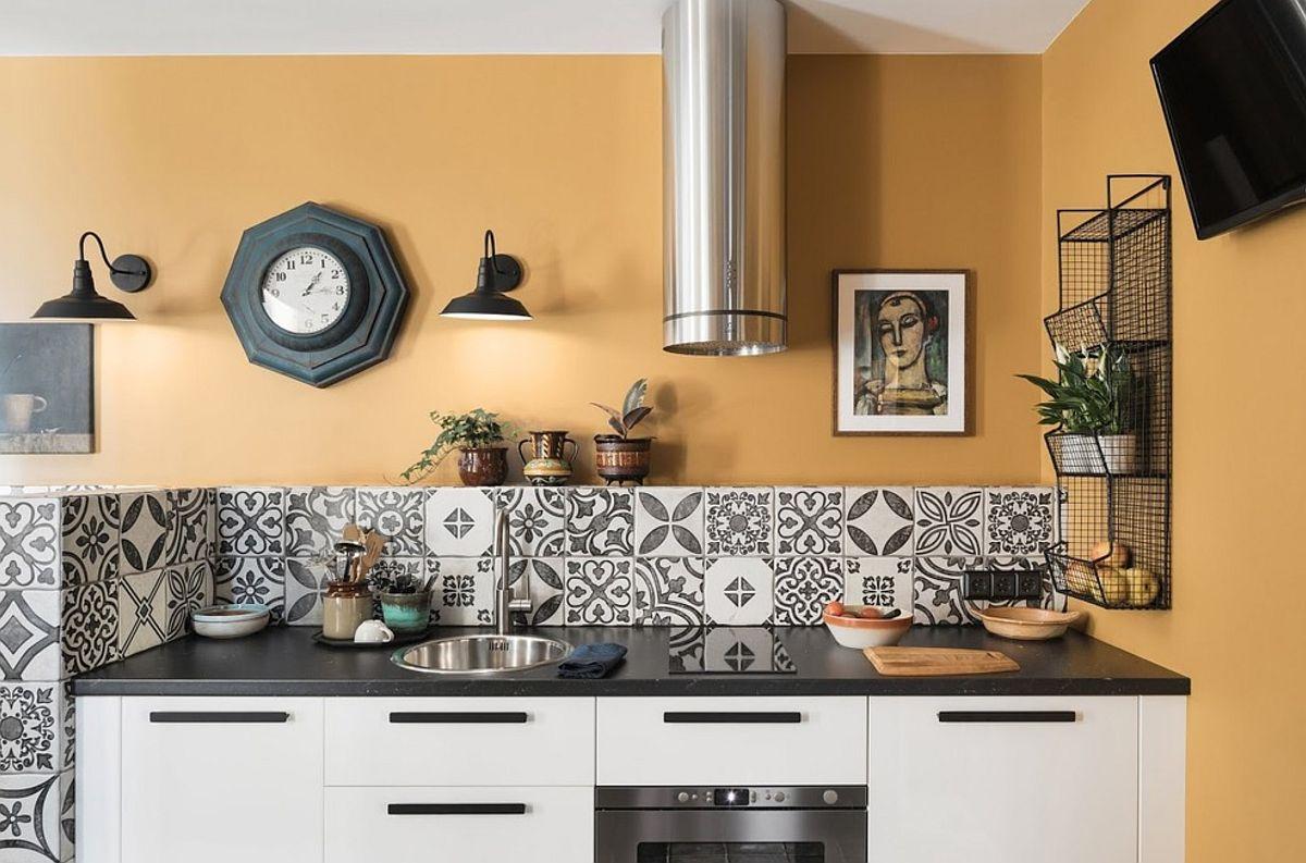 Zona de bucătărie este minimală, dar armonios organizată și decorată. Deasupra suprafeței îmbrăcată cu faianță este un raft configurat ca structură fixă. De asemenea, sub blatul cu lățime de circa 2,55 cm există un mini frigider încorporat, iar pentru a configura un spațiu minimal între chivetă și plită, a fost aleasă o plită îngustă.