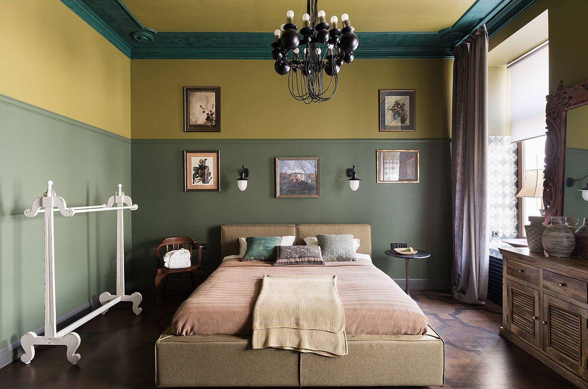 Camera destinată dormitorului este una spațioasă, unde designerul a creat atmosfera și prin modul de finisare al pereților Înălțimea mare a camerei, de circa 3,1 metri i-a permis să aplice trei straturi de culoare, respectiv o cornișă lată la nivelul tvanului într-o nuanță de turcoaz, apoi o nunață muștar și apoi un verde oliv care parcă ajustează înălțimea camerei. Pe acest fundal, designerul a intervenit cu piese de mobilier actuale, combinate cu decorațiuni, corpuri de mobilier mic, tablouri și rame cu aer vechi, vintage.