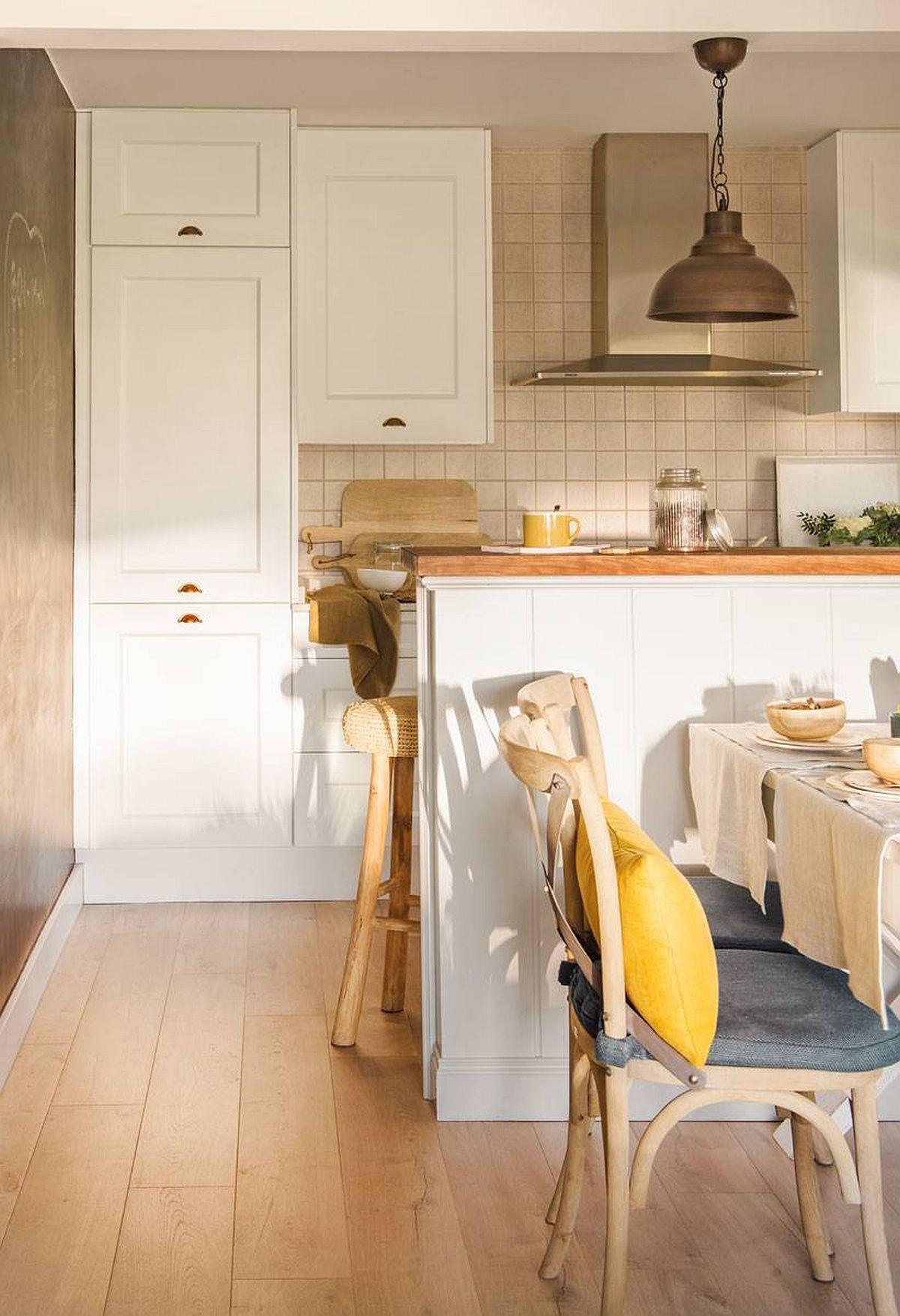 Locul combinei frigorifice este excelent ales în dreptul culoarului de trecere către spațiul de gătit. Asta permite manevrarea ușoară a ușilor combinei încorporate, dar și un acces facil din zona de living, fără a deranja pe cel care gătește n bucătărie.