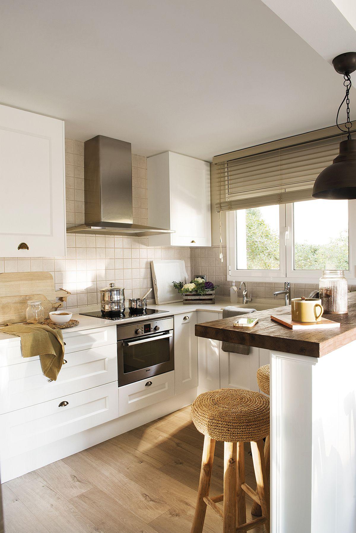 Bucătăria a fost regândită cu zona de chiuvetă în fața ferestrei. Pentru a economisi din bani, vechea mobilă a fost păstrată parțial, respectiv carcasele pieselor de mobilă, dar au fost schimbate fețele dulapurilor și sertarele. Și aici contează foarte mult faptul că există fereastră pentru că ventilați anaturală se face repede și bine, dar este asigurată și luminp naturală.