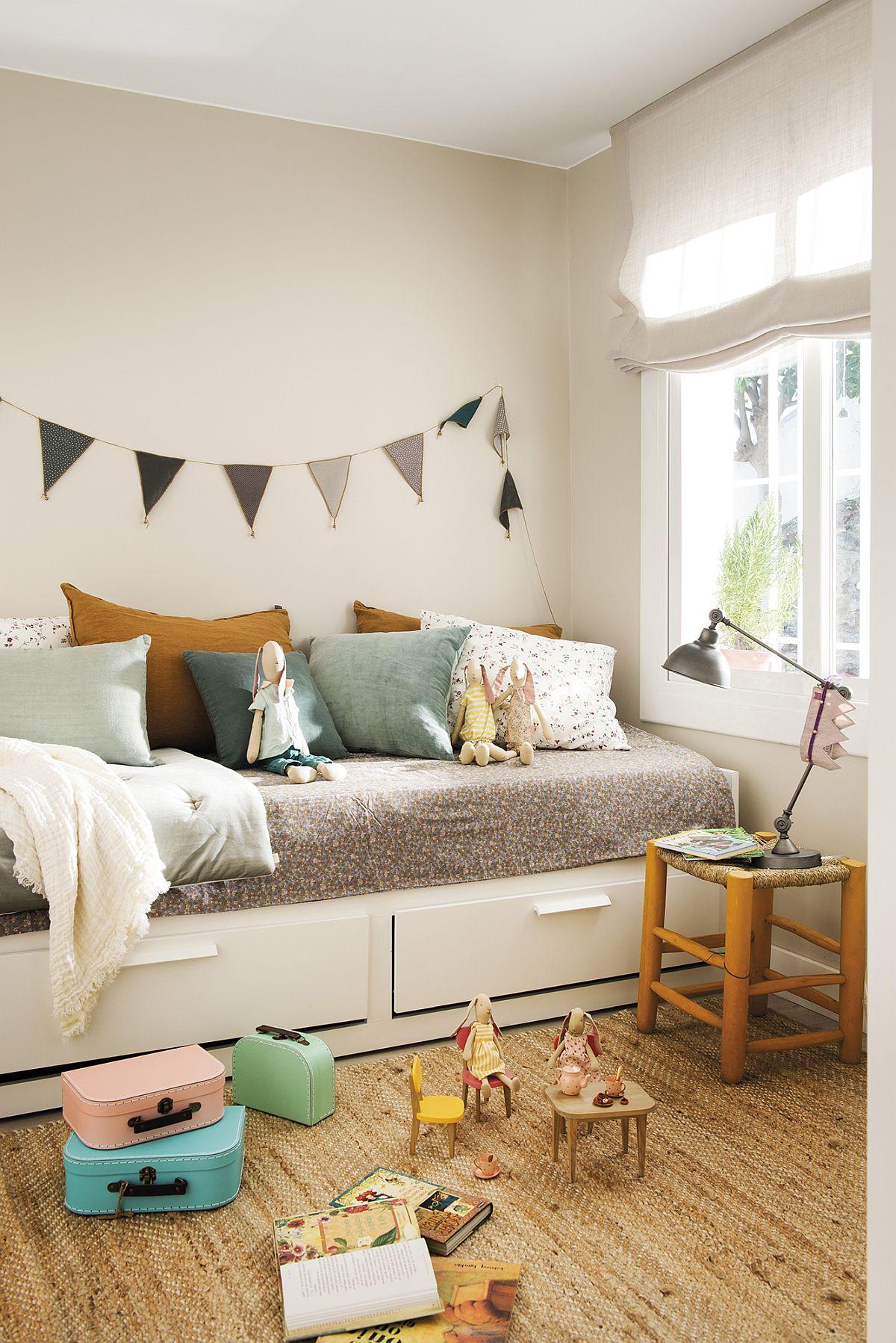 Camera copilului este mică ca și dimensiuni, ca atare patul realizat pe comandă este unul cu sertare pentru mai multe spații de depozitare, dar care să ocupe cât mai puțin loc. O locuință cu spații modeste, dar bine organizată, așa cum și-a dorit familia și plăcut decorată în tonuri deschise și luminoase. Sper să te inspire și pe tine!