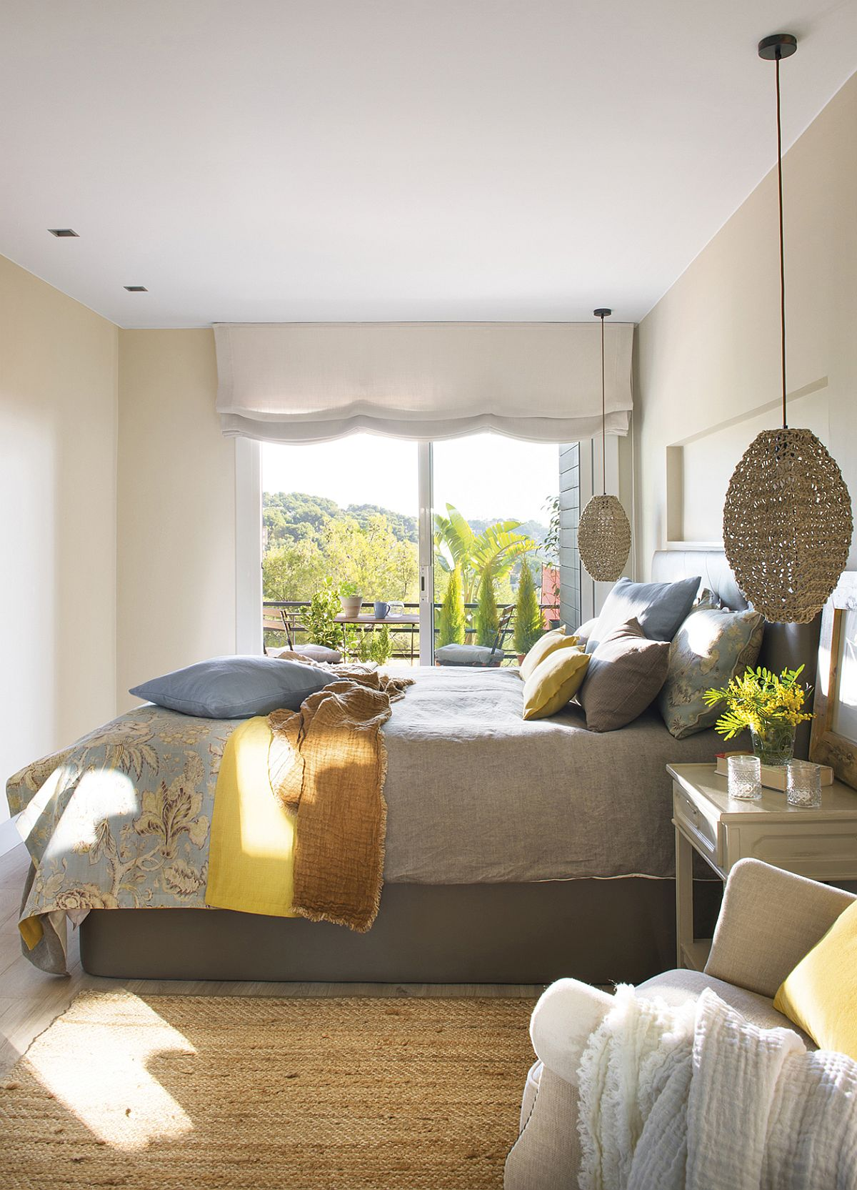 Dormitoru matrimonial este acum degajat de mobilierul de depozitare, ca atare ambianța lui se simte mult mai aerisită și odihnitoare. Într-un dormitor mic modul cum este aranjat patul se simte imediat, așa că prin lenjeria de pat, perne decorative și cuverturi se poate aduce culoare, textură, chiar dacă în rest suprafața pereților este simplă, curată, deschisă. De asemenea, într-un dormitor mic sunt de preferat suspensiile în loc veiozelor pentru noptiere. Astfel, pe suprafața noptierelor rămâne mai mult loc.