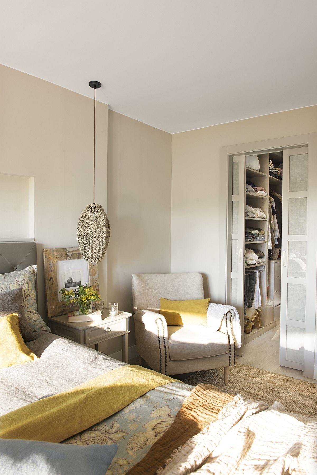 Dressingul este configurat cu ușie culisante astfel ca interiorul să poată fi cu dulapuri fără uși, dar imaginea hainelor să nu agaseze vizual din dormitor.