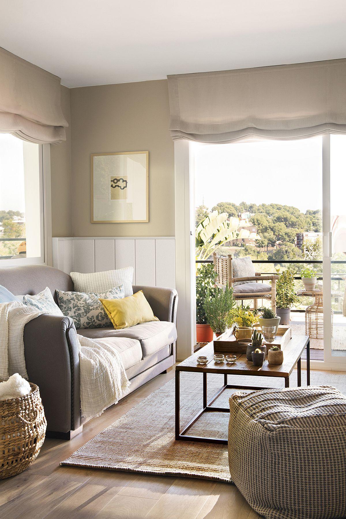 Canapeaua a fost amplasată în lateralul ferestrei înalte, un truc bun pentru ca spațiul mic să pară mai mare, să pară că se continuă către balcon. De asemnea storurile lasă mai multă lumină naturală la interior, ceea ce contribuie la o stare de bine și nu încarcă nici suprafața ferestrelor, nici spațiul zonei de zi. Covorul este ales aproape de nuanța parchetului, ceea ce nu fragmenează vizual spațiul.