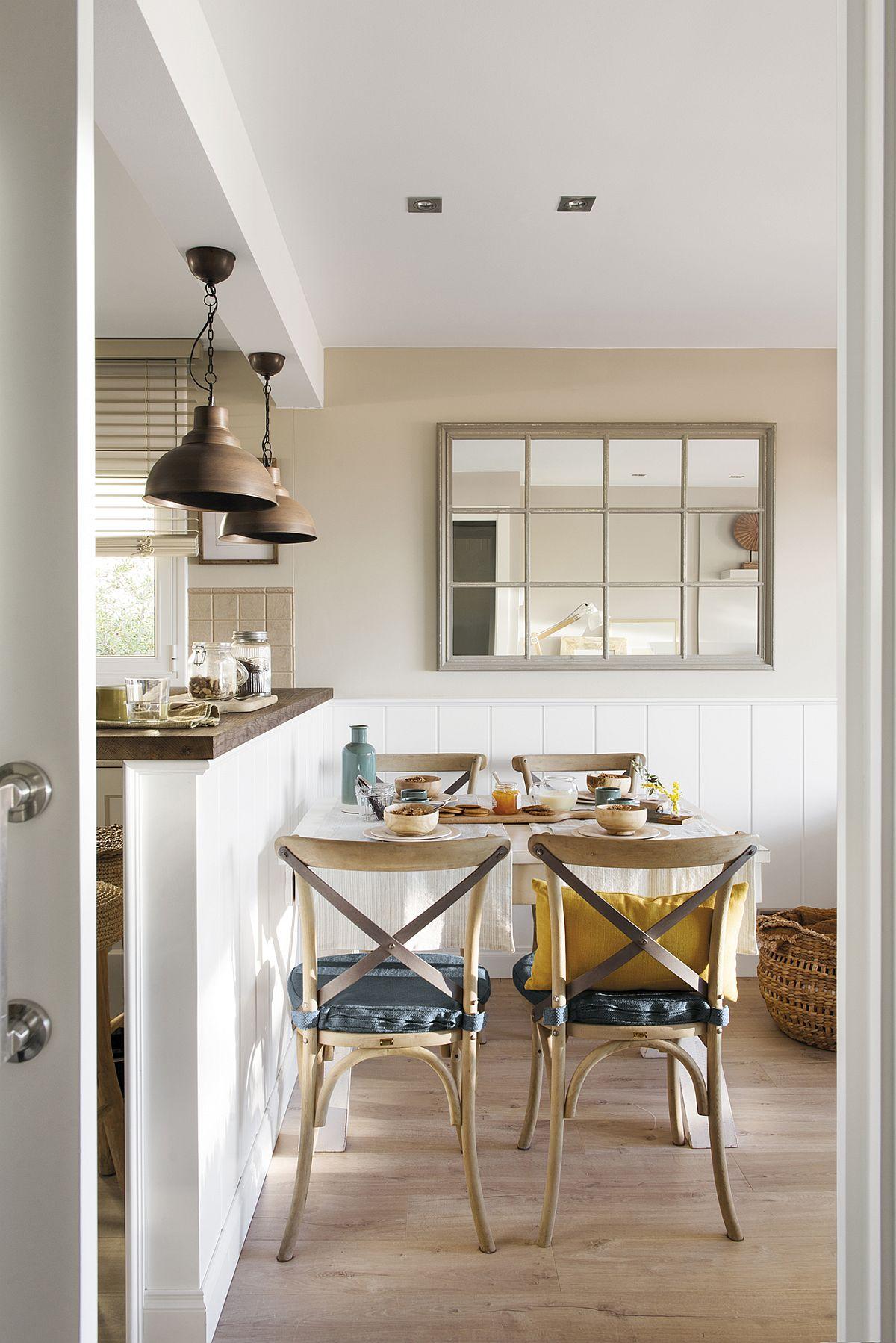 La intrarea în zona de zi cu bucătărie deschisă către living, primul loc care se vede este cel al mesei. Asta dă din start o imagine primitoare. Un truc binevenit pentru a estompa lățimea relativ mică a spațiului a fost amplasarea unei oglinzi care dă impresia unei ferestre. Ușa culisantă ajută mult pentur că nu ocupă spațiu și nu incomodează accesul în zona de zi, unde între bucătărie și sufragerie există un parapet care delimitează funcțiunile.