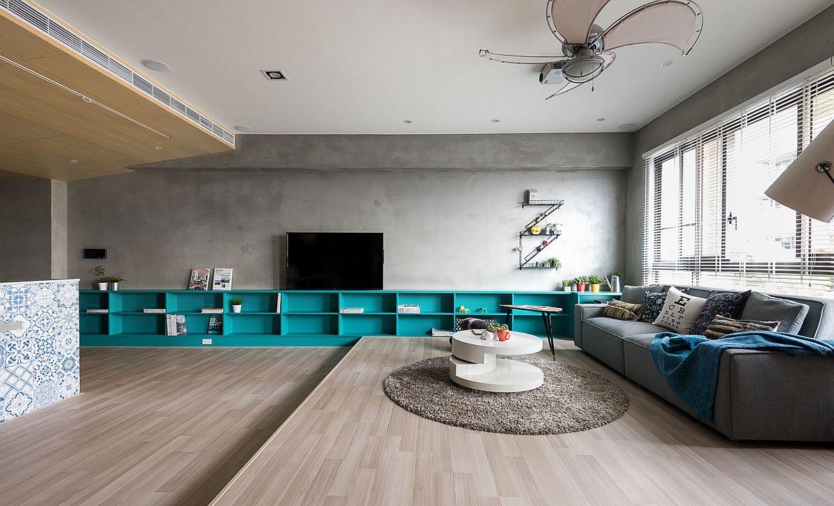 Televizorul este situat pe peretele lateral al spațiului de zi pentru ca ecranul să poată fi văzut și din locul de luat masa. Televizorul este montat pe un suport rotativ care permite întoarcerea cu 90 de grade a ecranului către canapea.