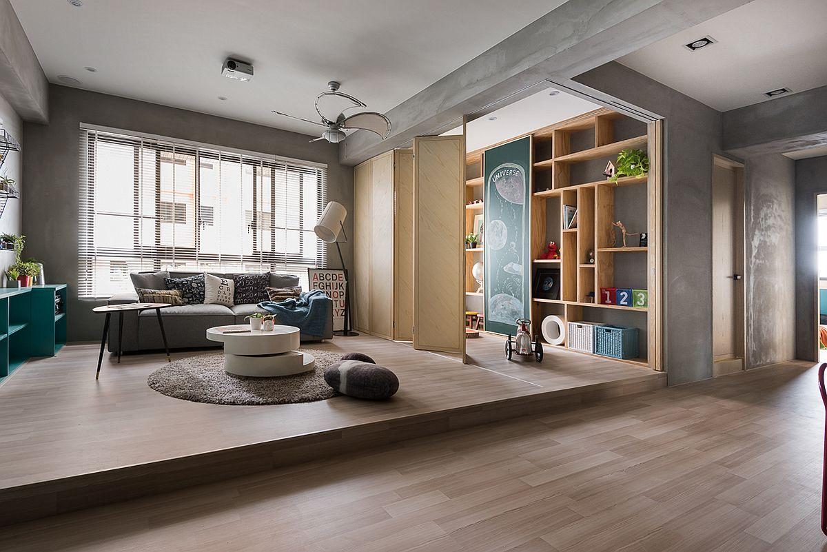 În spațiul zonei de zi există un ansamblu de rafturi pe verticală prin care arhitecții au încercat să mai corecteze percepția asupra spațiului, respeciv să accentueze verticala acestuia. Este un spațiu exclusiv pentru cei mici, care la nevoie poate fi separat cu ajutorul unor uși armonică. Astfel, în cazul în care vin musafiri, spațiul devine mult mai ordonat prin simpla mascare a locului de joacă din living.