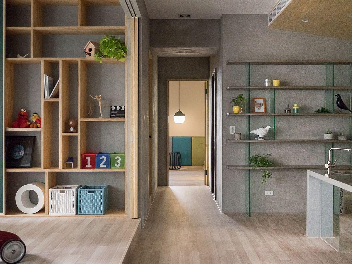 Zin zona de zi se accede, pe un mic hol, către zona dormitoarelor și a băilor. Finisajele din living sunt continuate și către acest mic hol, care nu este separat cu ușă interioară.