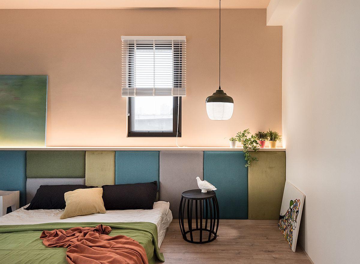 Dormitorul matrimonial este simplu amenajat, dar senzația de confort este dată prin tăblia patului tapițată și supradimensionată pe toată lățimea peretelui unde este situat patul. Înălțimea tăbliei a fost stabilită în funcție de poziția ferestrei de aici. Ca atare, s-a ales un pat jos, perfect pentru o familie unde copii mai dorm ocazional și cu părinții.
