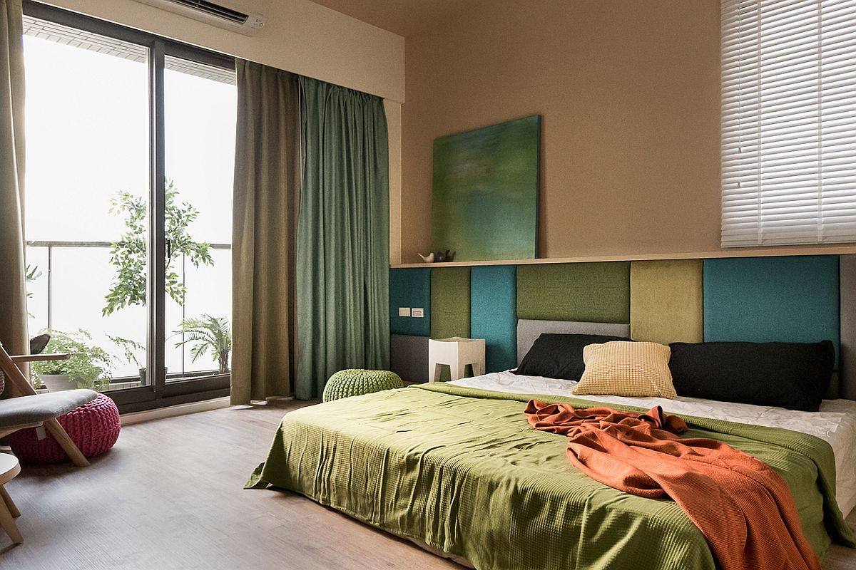 Prin tapițeria tăbliei patului și prin draperiile din dormitor s-a reușit colorarea spațiului. S-au ales tonuri de verde pentru o senzație de calm și prospețime. Abordarea simplă, ordonată asigură o stare de relaxare pentru părinți.