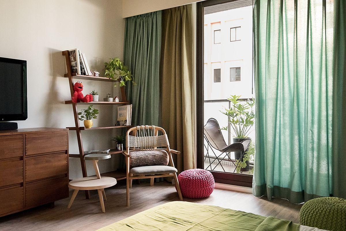 În fața patului nu există mobișă masivă, ci doar o comodă și o etajeră pentru a nu încprca spațiul. Chiar și piesele mici de mobilier, fotoliul și măsuța sunt cu alură zveltă, deci nu masive, pentru a lăsa lumina naturală să circule și pentru a nu aglomera vizual camera.
