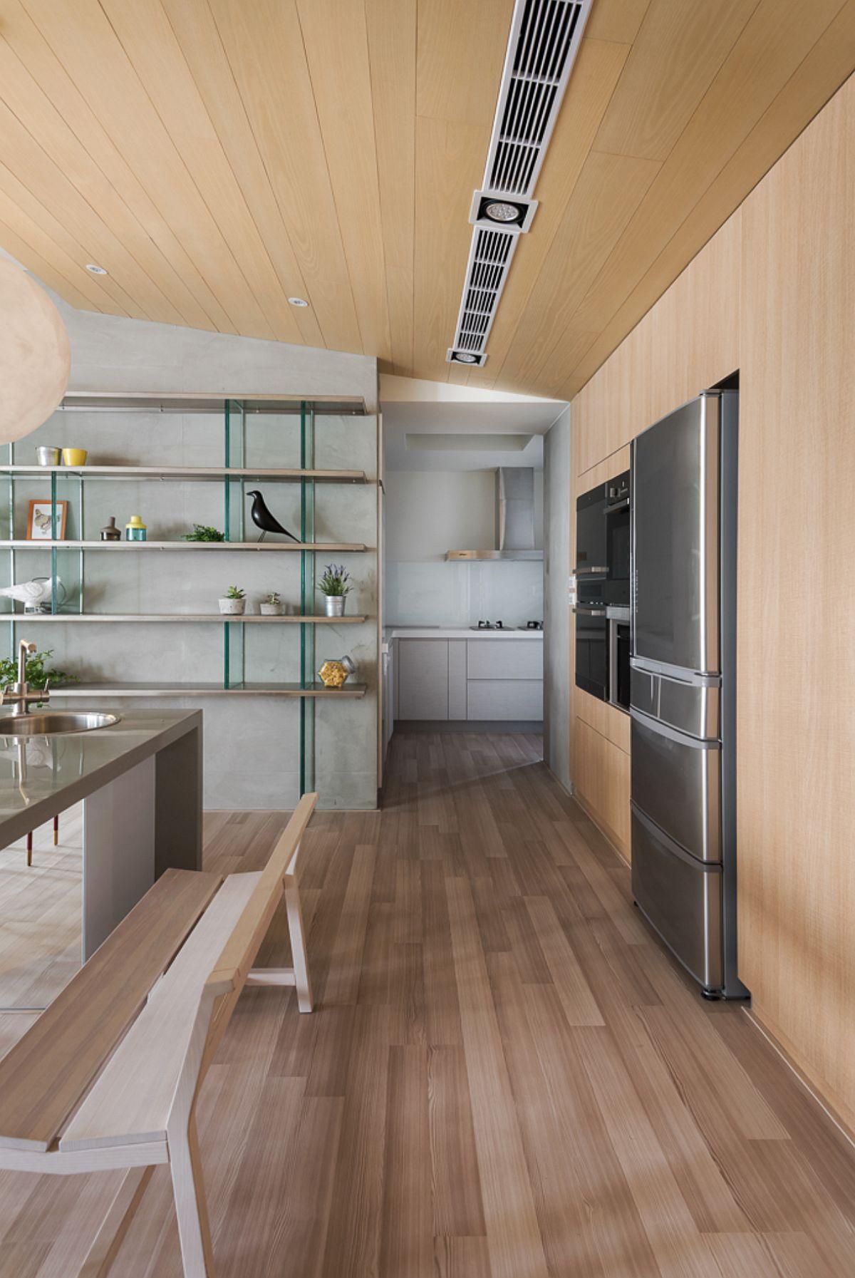 Zona de gătit este amenajată într-o încăpere parțial separată, astfel ca accesul la electrocasnicele considerate problematice pentru curiozitatea copiilor să fie ascunse. De asemenea, pentru că în mica încăpere există fereastră, deci se poate aerisi imediat după ce se gătește, a contributi major la separarea locului de gătit.